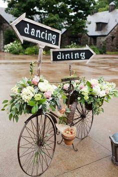 Egy régi bicikliből is szuper és egyedi esküvői dekoráció lehet, csak egy kis kreativitás kell hozzá. Díszíthető virágokkal, esküvői táblákkal, szalaggal, de akár a köszönetajándék tárolására is alkalmas.