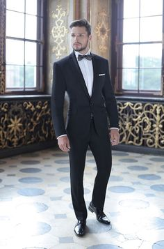 Groom wearing a black suit and black bowtie. Best Wedding Suits, Wedding Men, Black Tuxedo Wedding, Black Tie Tuxedo, Groom Tuxedo Wedding, Wedding Tuxedos, Groom Attire Black, Terno Slim, Black Suit Men