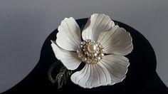 Producent vintage grote witte emaille bloem broche New York 1950-1955  Deze chique vintage witte bloem broche ondertekend door producent ziet er geweldig uit op een zwarte Posse! Voor vintage verzamelaars.Dit glazuur broche heeft twee ringen van Aurora Borealis steentjes rondom een realistische faux parel. De bladeren zijn groen glazuur.Dit type broche was al de woede in de late jaren 1950. Aurora Borealis stenen waren erg populair in deze tijd.Afmetingen: diameter van de broche is 15…