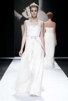 """Abigail Betz se Winter romantiseer jasse en het 'n sterk """"vintage""""-gevoel met 'n sensuele ondertoon – sonder dat enigiets noodwendig ontbloot word. Dressmaker, Fairytale, One Shoulder Wedding Dress, Slim, Wedding Dresses, Winter, Outfits, Vintage, Ideas"""