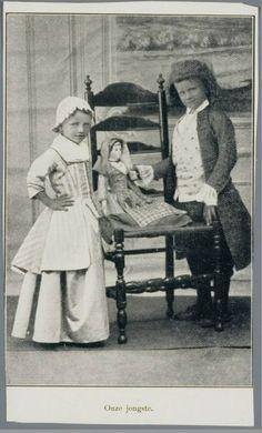 Zaanstreek. Kinderen bij de fotograaf met pop in Zaanse kledij. 1900-1940 Zaans Archief #NoordHolland #Zaanstreek
