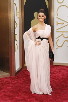 <p>Penelope Cruz arrives in a blush pink Giambattista Valli gown and Chopard jewels.</p>