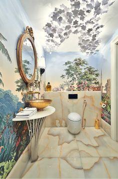 Живопись на стенах крошечного туалета отвлекает внимание на скромность обстановки