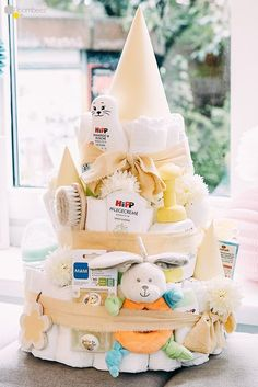 Auf einer richtigen Babyparty darf eine … On a real baby shower, a diaper cake must not be missing! ★ On ROOMBEEZ we will show you various instructions to make yourself! Baby Room Boy, Baby Showers Juegos, Regalo Baby Shower, Diy Bebe, Food Charts, Future Maman, Homemade Baby Foods, Diaper Cakes, Nappy Cake