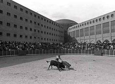 Novillada celebrada el 5 de mayo de 1993 en el patio de la sexta galería de la cárcel de Carabanchel. / BERNARDO PÉREZ