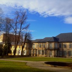 Neues Schloss in Bayreuth im Hofgarten    Der seit dem 16. Jahrhundert im markgräflichen Besitz befindliche Lustgarten wurde nach dem Bau des Neuen Schlosses, 1735 unter Markgräfin Wilhelmine umgestaltet und erweitert.    Das Markgrafenpaar, Friedrich und Wilhelmine ließ südlich der 1679 gepflanzten Mailbahn-Allee, die in die Neuanlage einbezogen wurde, Heckenquartiere, Laubengänge und Parterres anlegen. Das Parterre vom Südflügel wurde 1990 rekonstruiert.    Die Mittelachse bildet ein im…