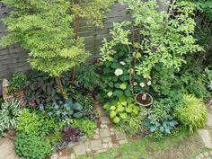 31 Unique Garden Fence Decoration Ideas to Brighten Your Yard - The Trending House Garden Fencing, Garden Planters, Garden Paths, Unique Gardens, Amazing Gardens, North Garden, Fire Pit Area, Green Flowers, Shade Garden