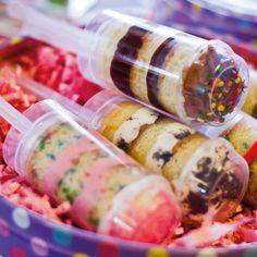 Op zoek naar een leuk traktatie? Met dit recept maak je gemakkelijk en zeer eenvoudig push up cake pops. Laat je fantasie in de vrije loop en decoreer de push up cakepops in verschillende kleuren.