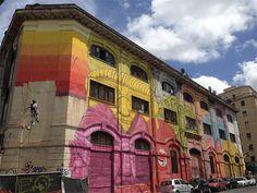 Mural do artista Blu em Roma transforma 48 janelas em rostos