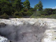 [Nouvelle-Zélande] La Première Ministre de Nouvelle-Zélande, Jacinda Ardern, était aujourd'hui à Rotorua pour rencontrer certains représentants dans le domaine du tourisme, domaine qui, comme partout dans le monde, souffre de la fermeture des frontières.  Rotorua est un lieu symbolique choisi dans ce cadre. C'est en effet la 1ère destination touristique de l'histoire de la Nouvelle-Zélande, développée en tant que station thermale et centre de bien être, grâce à son activité… Destinations, Hui, Comme, Waterfall, River, Outdoor, Instagram, New Zealand, Australia