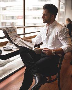 blanche-chemise-et-pantalon-noir-classique-association-tenue-classe-pour-homme-style-vestimentaire-homme-tasse-a-café-dans-la-main
