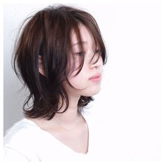 くせ毛のようなランダムなウェーブとルーズな毛先で、ナチュラルなのにオシャレな雰囲気に♪ Japanese Haircut, Japanese Hairstyle, Medium Hair Cuts, Medium Hair Styles, Curly Hair Styles, Short Shag Hairstyles, Long Bob Haircuts, Androgynous Haircut, Shot Hair Styles