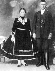 """Fiatal pár, az asszonyon nyakék, """"lázsiás"""" (Báta, Tolna m., 1910-es évek)"""