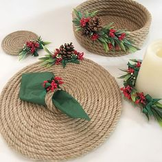 Individuales, posavasos y servilleteros hechos con cuerda - Dale Detalles - caminos de mesa dekoration kindergarten Christmas Wreaths, Christmas Crafts, Christmas Decorations, Christmas Tree, Christmas Ornaments, Holiday Decor, Jute Crafts, Diy Home Crafts, Upcycled Crafts