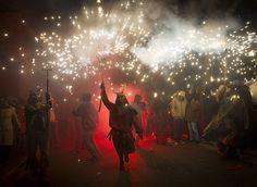 À Palma de Majorque, un fêtard qui porte un déguisement de démon prend part aux Correfocs, une célébration traditionnelle espagnole au cours de laquelle les participants prennent l'apparence de démons et de diables. Armés de feux d'artifice, ils se déplacent dans les rues, la nuit venue, dans le but d'effrayer les passants.