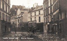 La rue de Charonne sous eau lors des inondations de janvier 1910.
