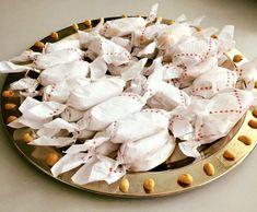 Marokkaanse pindakoekjes omhuld met poedersuiker en gewikkeld met een papiertje. Serveertip: Marokkaanse zoete thee! Doe de basterdsuiker, kaneel en pinda's in de hakmolen en maal dit super fijn. Kiep dit over van je hakmolen naar een mengkom. Doe nu de olie erbij en meng dit goed samen met behulp van een spatel/lepel. Vervolgens de bloem beetje bij beetje toevoegen, meng dit samen als het wa