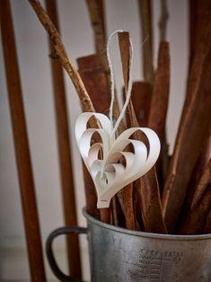 Der er intet hyggeligere end hjemmelavet pynt. Vi viser dig i en video, hvordan du kan lave de fineste hjerter af papir trin for trin.