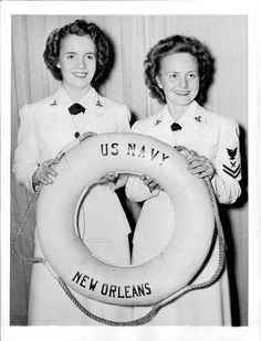 1943 photo of two Navy WAVES holding up a ship's life preserve. Military Love, Military Art, Navy Office, Warrant Officer, Somewhere In Time, Navy Sailor, Navy Veteran, Female Soldier, Remembrance Day