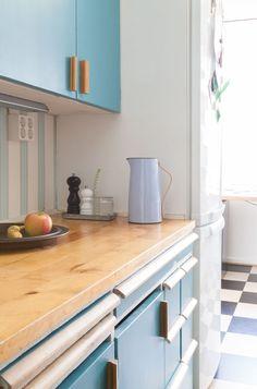 Vanhan Herttoniemen kerrostalossa asutaan talon aikataulun hengen mukaisesti ja värikylläisesti. Kitchen Cabinets, Decor, Furniture, Table, Kitchen, Home, Cabinet, Home Decor