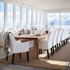 """""""Klar for en sommerfest? De nye teakbordene kan like gjerne brukes inne som ute. #slettvoll #utemøbler"""""""