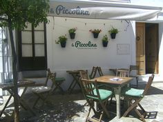 """La Piccolina es un peculiar restaurante italiano ubicado en el centro de Vejer. Como su nombre indica es piccolo, piccolo., vamos tiene 3 mesas y terraza.  Lo ha puesto en marcha un matrimonio italiano que quiere mostrar la verdadera cocina de este país, fuera de tópicos. Se traen de allí muchos ingredientes, incluso el agua mineral y el pan para hacer las """"bruschettas"""". Te invitamos a echarle un ojito en Cosasdecome. http://www.cosasdecome.es/sin-categora/italiano-hasta-en-el-agua-mineral/"""