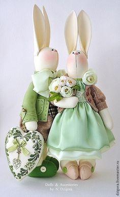 Купить или заказать Семейство кроликов в бежево - зелёном в интернет-магазине на Ярмарке Мастеров. Счастливая кроличья семейка. Выполнена на заказ. Большой внушительный бант папы - кролика свидетельствует о важности и солидности отца семейства, милая кокетливая мамочка - нежная и заботливая, сын - точная копия папы, его гордость и надежда, лапонька - дочка - совсем ещё маленькая очаровательная леди. Наряды кроликов выполнены из высококачественных тканей : твида, кашемира, фланели, сатина и…