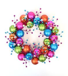 A Christmas classic that can not miss! Let& discover these 13 ideas Christmas wreaths It& time to create ours for this year! And we can use almost any material that we like . Christmas Door, Christmas Balls, Christmas Holidays, Christmas Ornaments, Christmas Projects, Holiday Crafts, Colorful Christmas Decorations, How To Make Wreaths, Holiday Wreaths
