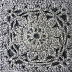 Adorei VMSomaKoppa e não resisti tentar realizar este poncho com quadrado flor de crochet!   A fonte de inspiração e a ajuda para a realizaç...