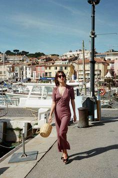 Jeanne Damas veste macacão estampado vinho com decote V, bolsa de palhha, espadrilled, óculos de sol, batom vermelho, estilo das francesas, musas de estilo francesas, rouje