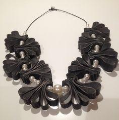Artista Monica Bonaventura. Collana realizzata con il riciclo di camera d'aria di bicicletta e riuso di alcune perle