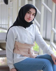 Gambar mungkin berisi: 1 orang, duduk Persian Beauties, Hijab Fashionista, Casual Hijab Outfit, Beautiful Hijab, Turtle Neck, Sweaters, Outfits, Beauty, Nice