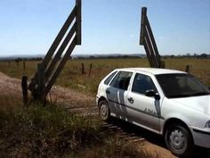 Brazilian Farmers Rig a Clever Cattle Gate That Opens Automatically Without Electricity Cattle Gate, Gate Latch, Automatic Cars, Cow Art, Earthship, Le Web, Woodworking Projects, Clever, Car Stuff