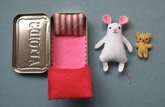 ratita de fieltro en caja altoids -- by Mmmcrafts