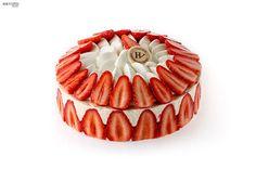 Fraisier Hugo & Victor : Crème légère à la vanille de Tahiti, fraises fraiches, dacquoise zestée et chantilly vanille. 6-8 pers. 55 euro ©Le Goff & Gabarra - More on www.identitebook.com