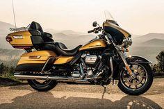 """Harley-Davidson: Neuer Motor """"Milwaukee-Eight""""  Zweirad Die Harley-Davidson Ultra Limited gehört zur Luxusklasse auf zwei Rädern. Der gewaltige Brocken bringt 398 Kilogramm auf die Waage, bietet aber auch so ziemlich jeglichen Komfort, einschließlich einer modernen Infotainment-Anlage. Preis ab 29.795 Euro."""