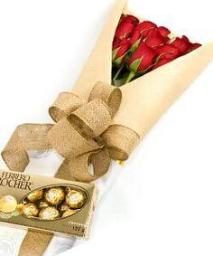 Hermosas rosas rojas, elegantemente empacadas con papel y cinta de color dorado, acompañadas de chocolates. Excelente combinación.