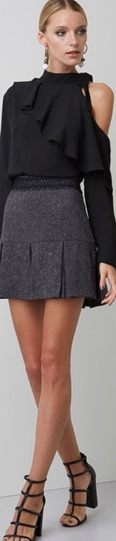 cortar um ombro da camisola realçar a cintura da saia e terá roupa nova para usar!
