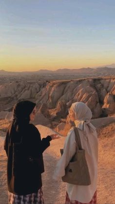Best Friends Aesthetic, Aesthetic Movies, Beautiful Girl Makeup, Beautiful Hijab, Hijab Hipster, Best Islamic Images, Friend Poses Photography, Luxury Lifestyle Fashion, Muslim Women Fashion
