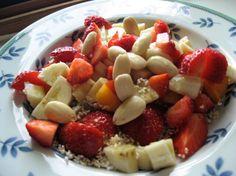 Anemone nimmt uns mit durchs wilde Veganistan, morgens mit einem Obstteller mit ein paar Haferflocken und Amaranth-Pops, dazu Mandelmilch
