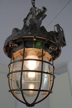 Deze mooie grote kooilamp straalt nostalgie uit. De lamp komt uit een fabriek gevestigd in zuid-oost Polen. Deze kooilamp kan op meerder plaatsen gehangen worden zowel buiten al binnen. De lamp is grijs van kleur en heeft een stoer uiterlijk door de dikke tralie. De lamp verwisselen gaat eenvoudig; met een normale dopsleutel maakt men het glas en kooi los. De lamp geeft rondom licht en is daardoor heel praktisch voor vele toepassingen. Met een dimmer kan het licht gedimt worden.