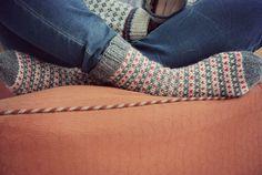 helppo kirjoneule Clever, Socks, Knitting, Sewing, Crafts, Diy, Dressmaking, Manualidades, Tricot