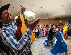 Encontro começou com danças típicas Representantes de povos e comunidades tradicionais do Centro-Oeste e do governo federal estão reunidos em Cuiabá (MT) para dialogar sobre a Política Nacional de Desenvolvimento para Povos e Comunidades Tradicionais (PNPCT). O encontro, que começou nesta terça-feira (12) e vai até sexta (15), tem como objetivo gerar recomendações ao Projeto de Lei 7.447/2010, que estabelece diretrizes para as políticas públicas de desenvolvimento sustentável de Povos e…