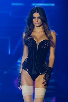 Isabeli at Etam Stage Outfits, Sexy Outfits, Sexy Dresses, Fashion Dresses, Fashion Models, Fashion Beauty, Fashion Show, Luxury Fashion, Isabeli Fontana