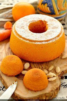 Torta di carote, mandorle e arancia. Questo dolce mi ha fatto penare parecchio, ma alla fine ho vinto io. Avevo in mente da tempo una torta di carote rustica, con le carote e le mandorle che si ved…