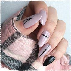 Deine eigenen Nagelmuster kannst du dir mit Aufklebern oder Stempeln kreieren - du kannst natürlich selbst zeichnen, aber das hat leider nicht immer ordentliche Ergebnisse und dauert sehr lange. Uns gefällt diese Kombi aus rosa Nägeln mit schwarzen geometrischen Formen! Nail Design DIY / Nail Art DIY / Geometric Nails #nailstylediy #naildiy #geometricartnails | Stylefeed