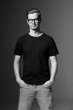 """""""Es ist ja nur ein Shirt"""", sagt Joko Winterscheidt über seinen schlichten Entwurf für eine Deo-Marke. Erhältlich ist das T-Shirt zum Beispiel über frontlineshop.com"""