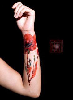 Tattoo mit Mohn am Unterarm