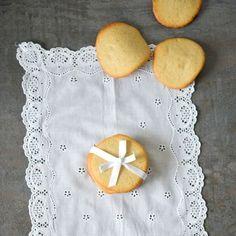 Lecker, kamen gut an. Der künstlerische Aspekt: Beim Abkühlen auf dem etwas zu kleinen Kuchengitter verformten sich einige der Kekse zu zerfließenden Uhren im Dalí-Stil. Katja PS: Das Rezept ergab bei mir weniger Plätzchen.    ORIGINALREZEPT von