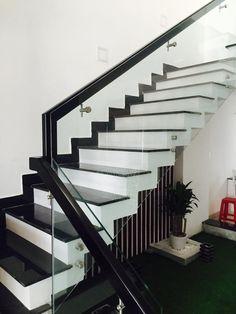 Để giải đáp cho nỗi trăn trở có nên làm lan can cầu thang vách kính hay không, cùng Minh Dũng tìm hiểu một vài thông tin trong này nhé Steel Railing Design, Staircase Railing Design, House Staircase, Stairs Tiles Design, Home Stairs Design, Interior Stairs, Granite Stairs, Creative Wall Decor, Stair Walls